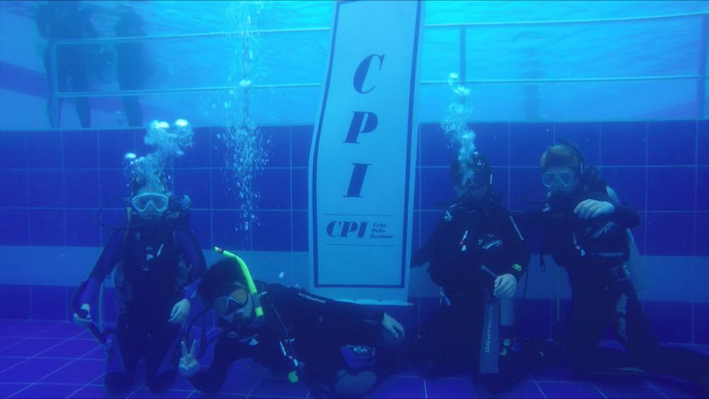 学校のプールでのダイビングレッスン