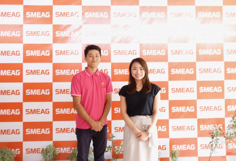 日本人マネージャーの新井さん(左)