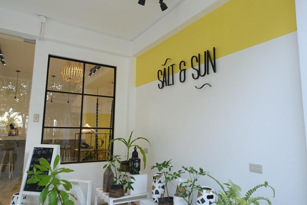 主に女性用水着を売っているSALT & SUN